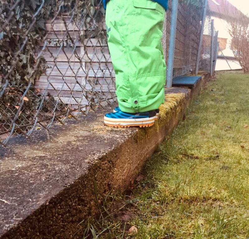 Kinder im Garten Kleinkind helfen Garten für Kinder