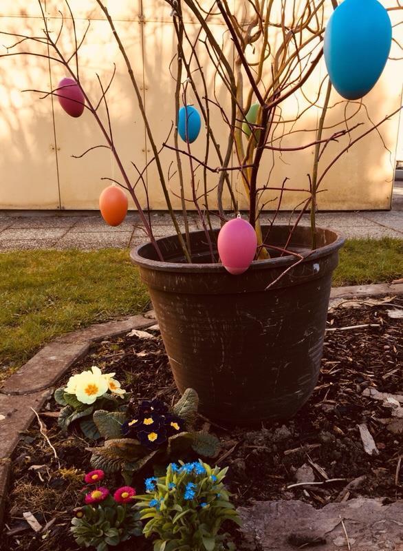 Kinder im Garten Kleinkind helfen Garten für Kinder Ostereier